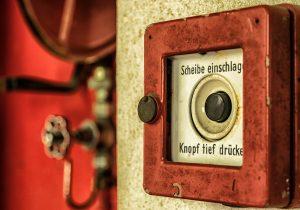 Wenn's brennt: Scheibe einschlagen und Knopf tief drücken - was sonst?