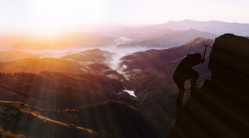 Ein Bergsteiger auf dem Weg zur Spitze