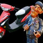 Der Schraubermeister vor einem Moped