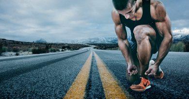 Ein Läufer, der sich die Schuhe bindet, bevor er einen langen Sprint antritt