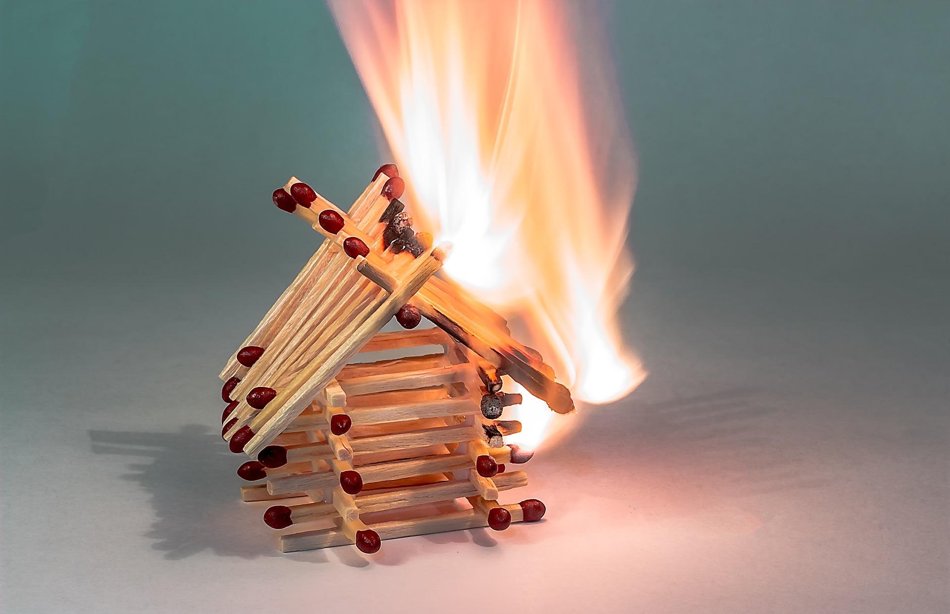 Ein brennendes Streichholzhaus