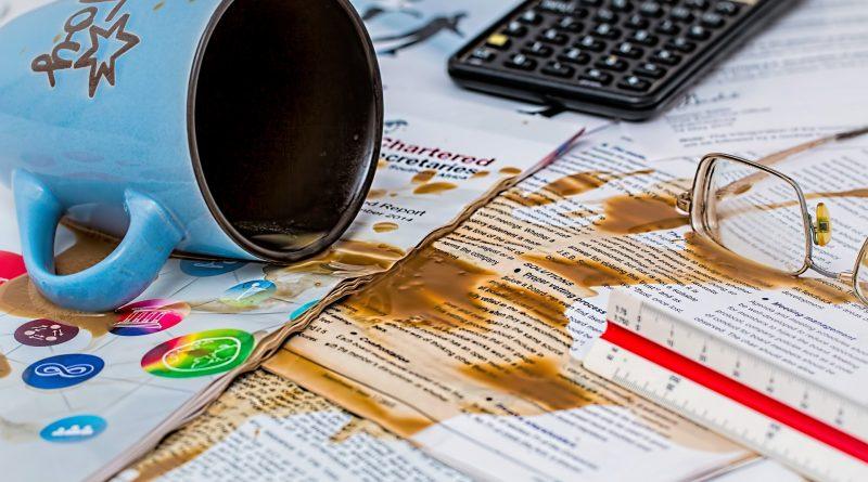 Ooops: Kaffeetasse über Papiere ausgeleert