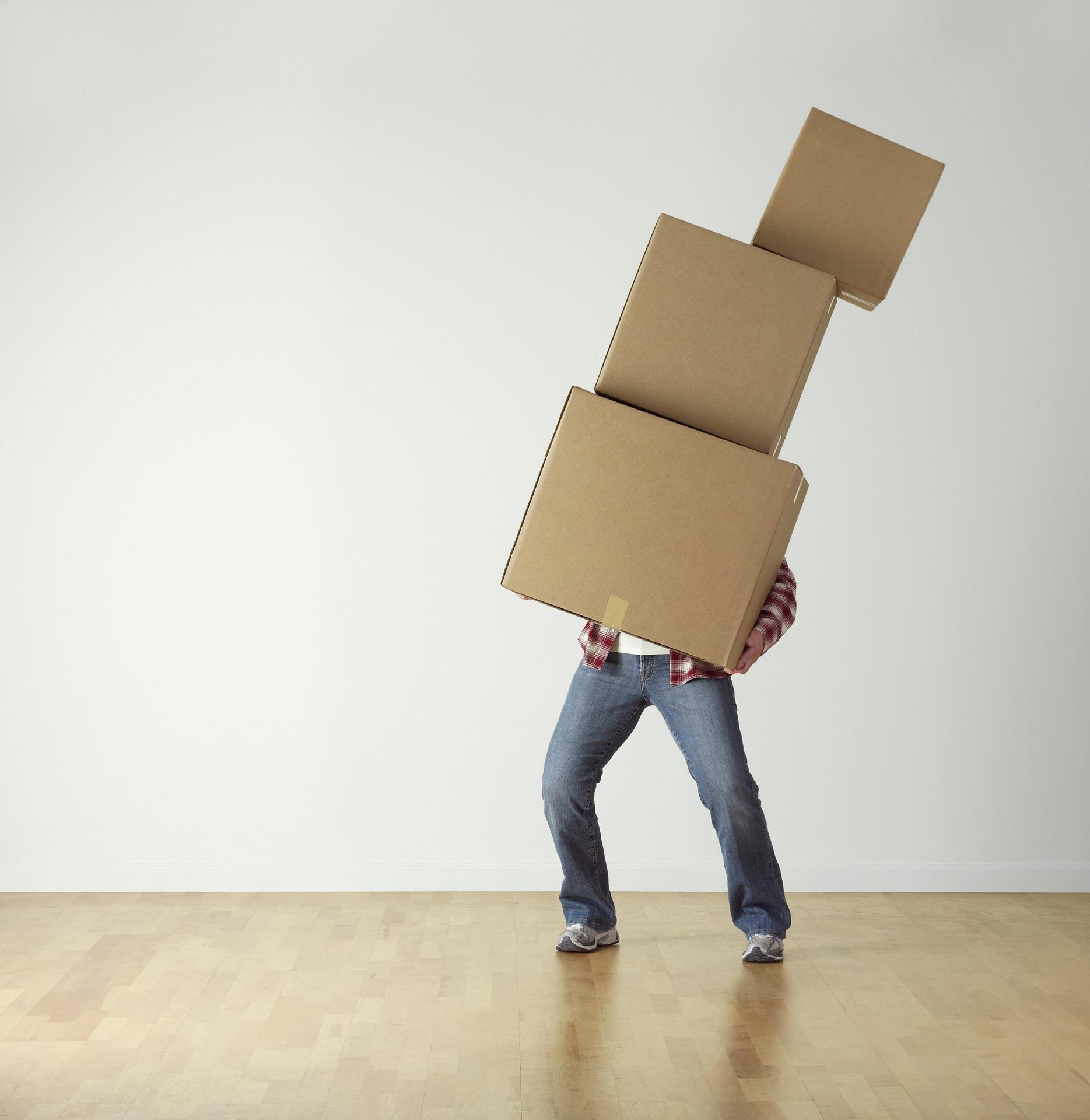 Mensch jongliert mit Boxen