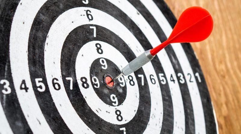 Eine Zielscheibe mit einem Pfeil in der Mitte