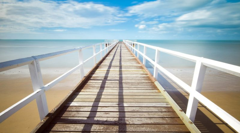 Sehr langer Pier, der ins Meer führt